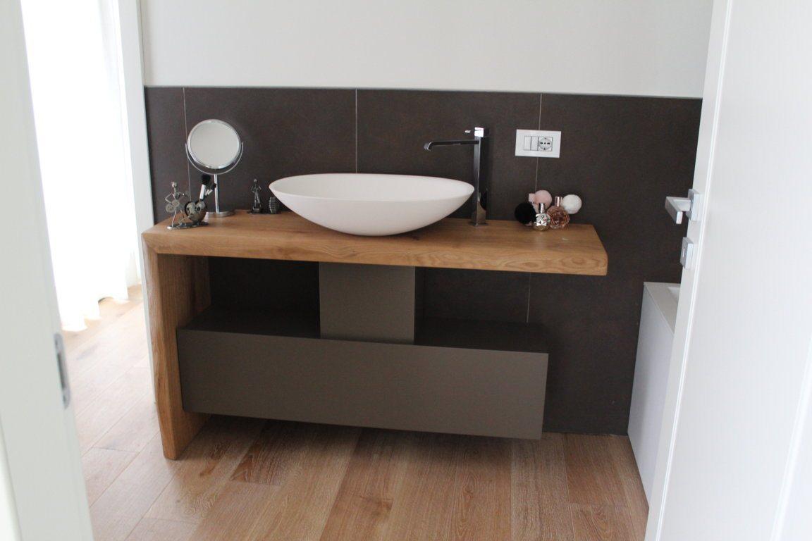 Bagno in legno naturale e scuro con contenitori a vista new