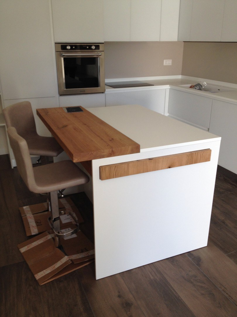 cucina con isola tavolo estraibile - Caretta Design